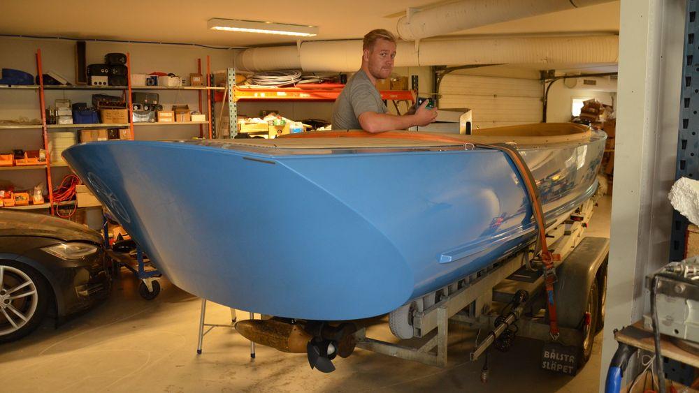 Prosjektingeniør Markus Limseth i en båt som nettopp har fått elektrisk motor.