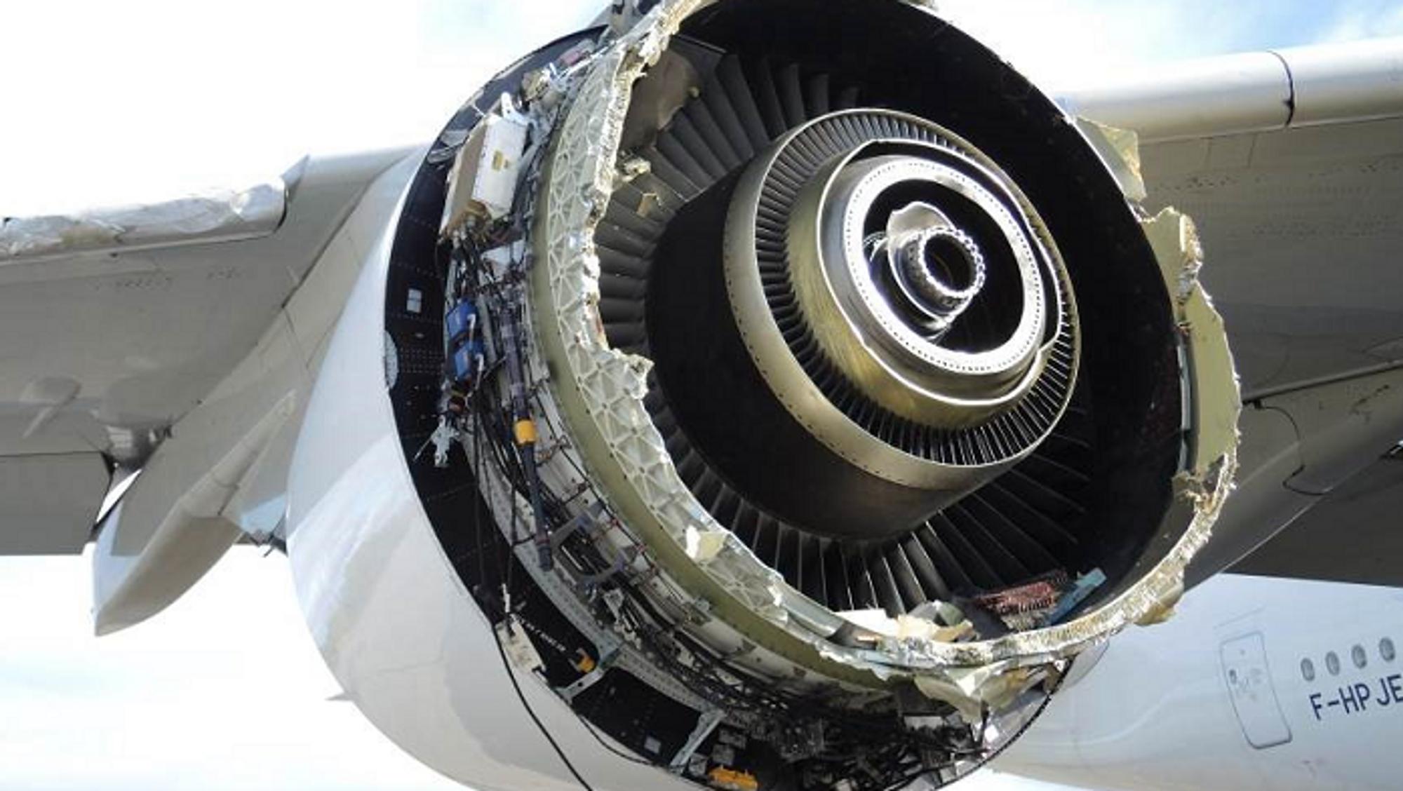 Store deler av fronten på motoren eksploderte i en «uncontained motor failure» over den grønlandske innlandsisen.