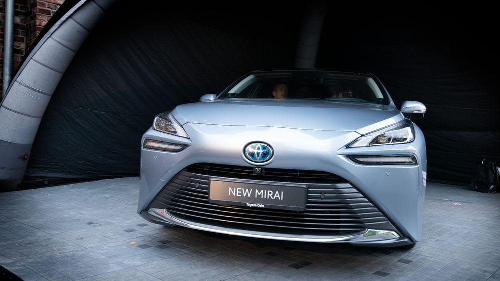 Hydrogenbilen Toyota Mirai i ny utgave ble presentert i Oslo sist uke. Vi må tenke lenger enn landegrensene, og verden kan ikke lade batterier på vannkraft, skriver artikkelforfatteren.