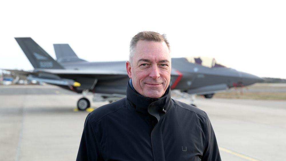 Ifølge forsvarsminister Frank Bakke-Jensen ligger det an til at Norge selger F-16-flyene neste år. Her er han foran etterkommeren F-35A.