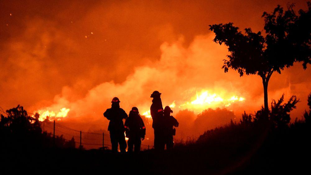 Brannvesenet i Los Angeles fylke holder øye med skogbrannen mens den beveger seg gjennom Juniper Hills i California 19. september 2020.