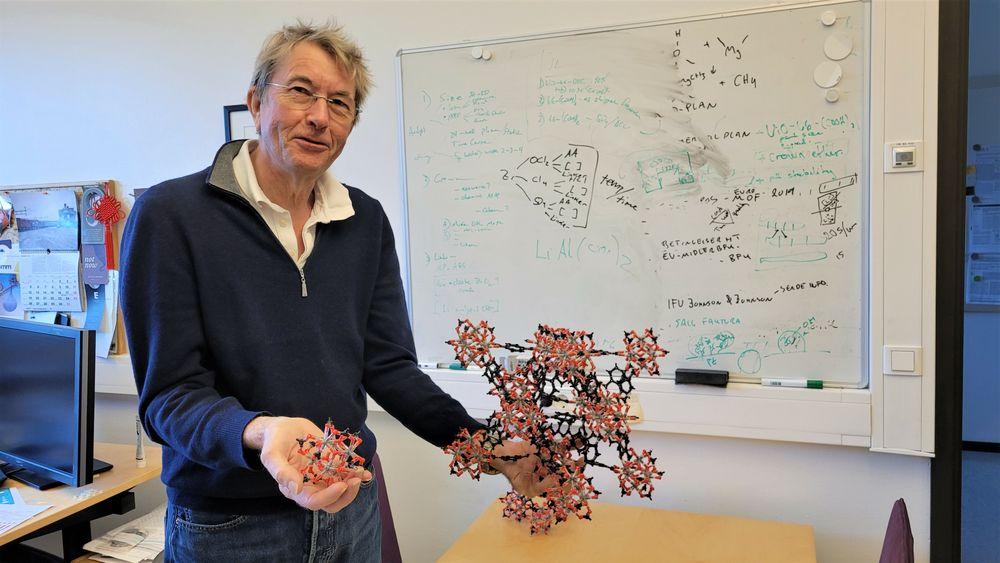 Professor Karl Petter Lillerud viser fram en modell av den litiumseparerende MOF-en som han har bygget selv i kjemikernes variant av Lego.