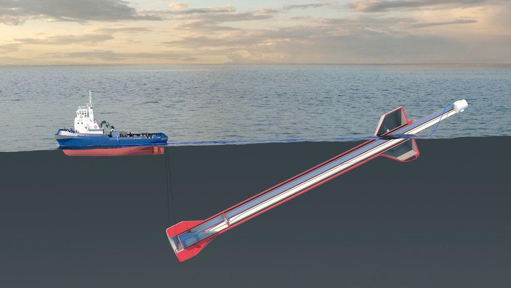 Skroget er tauet ut til vindmøllefeltet i havet og fylles med vann slik at det kan stå loddrett i sjøen. Tårnet til vindturbinen er den hvite søyla inne i skroget.