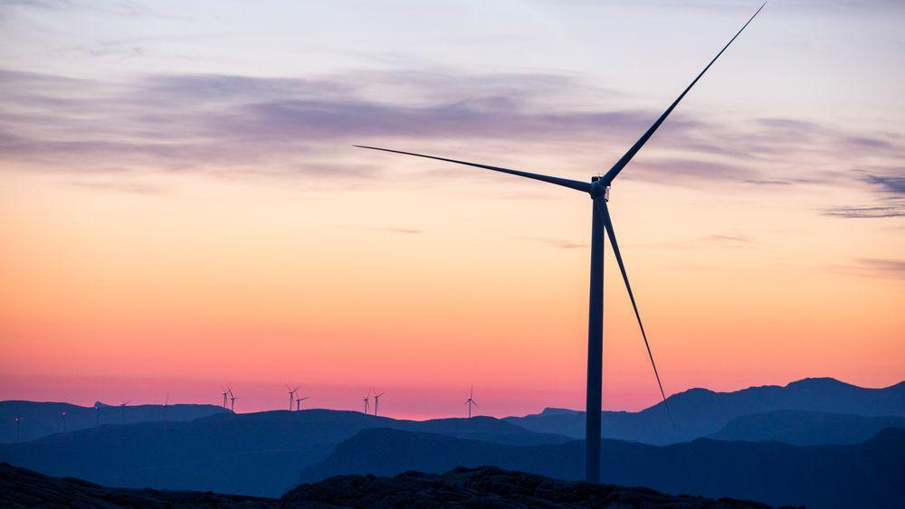 En utbyggingsboom de siste årene har fått vindkraftmotstanden i Norge til å ta seg kraftig opp. Nå skal Stortinget ta stilling til et forslag om innstramminger i konsesjonsreglene. Bildet viser Guleslettene vindpark like ved Florø.