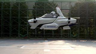 Dronen med åtte elmotorer skal være i drift om tre år med en fart på 100 kilometer i timen 500 meter over bakken