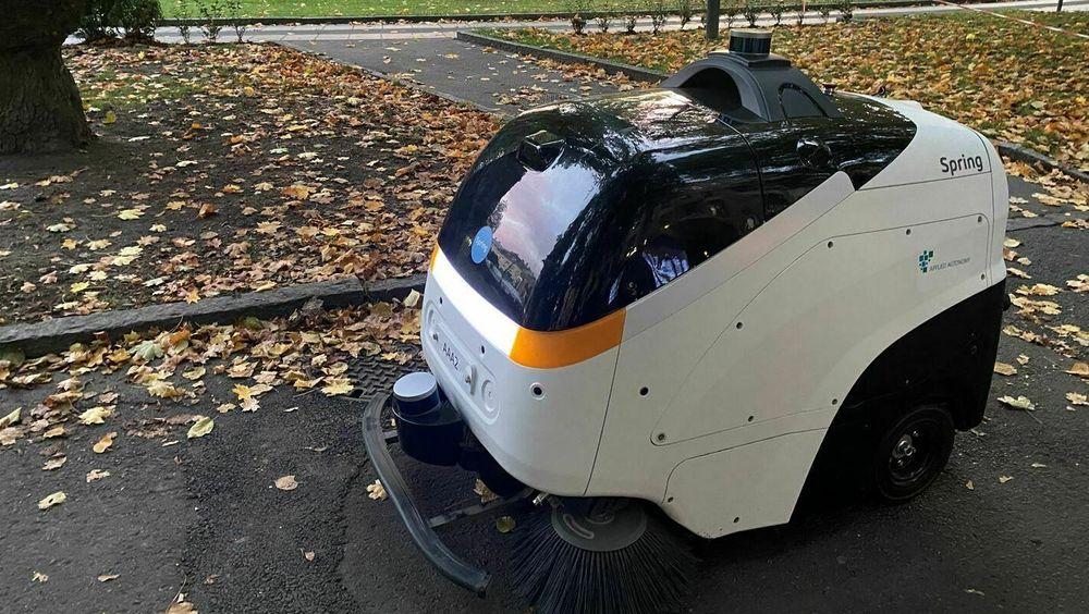 Fredag morgen testes den autonome feiemaskinen for første gang på Olaf Ryes plass i Oslo.