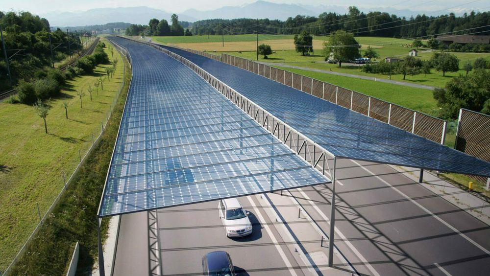 Solceller kan bygges over motorveiene i Tyskland og Østerrike. Slik kan de komme til å se ut.