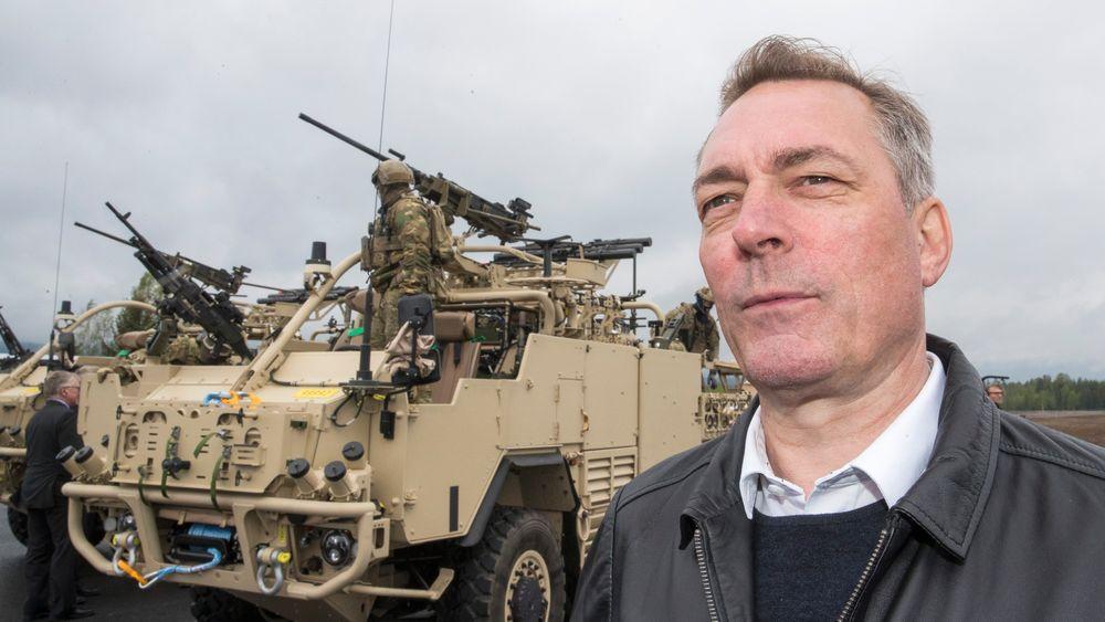 Forsvarsminister Frank Bakke-Jensen (H), her under et besøk i Rena leir i fjor. Fredag la han fram forslag til langtidsplan for Forsvaret.