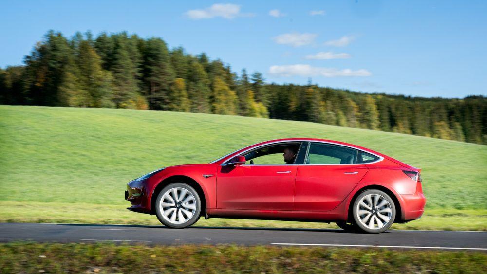 Tesla Model 3 er en av bilene som får Teslas nye selvkjørende egenskaper.