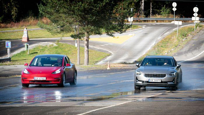 Tesla Model 3 og Polestar 2 på glattkjøringsbane.