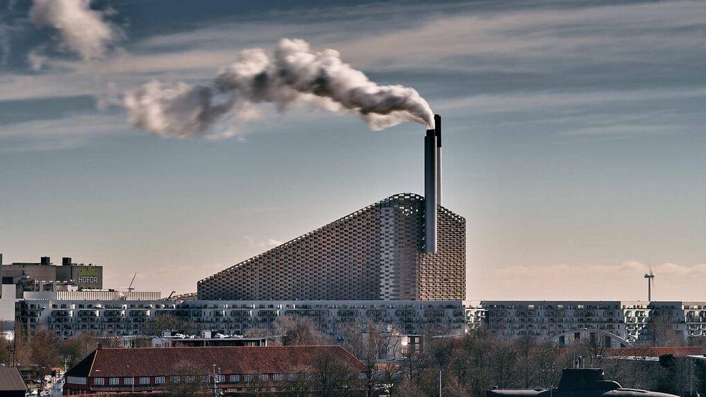 Forbrenningsanlegget Amager Bakke i København.
