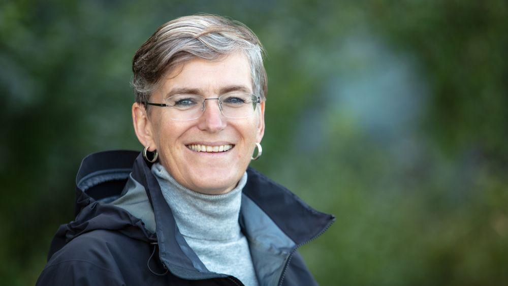 Ellen Hambro, direktør i Miljødirektoratet, er kritisk til at offentlige byggherrer ikke stiller krav om utslippsfrie byggeplasser. Hambro tror ikke vi når målene om fossilfrie byggeplasser i 2025.