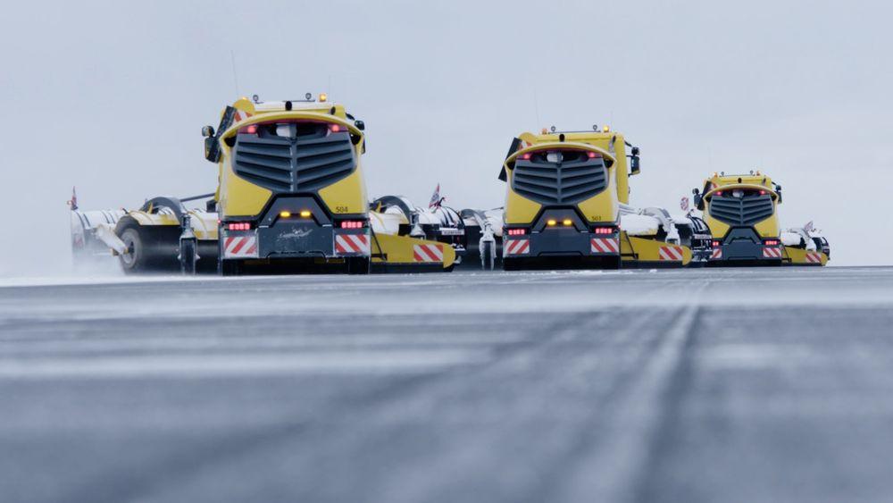 Denne vinteren leverer de norske selskapene Yeti Move og Øveraasen 20 selvkjørende brøytebiler til svenske flyplasser.