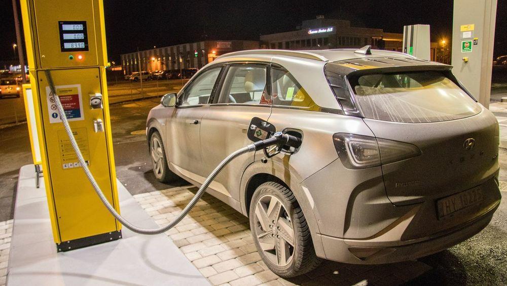 Hyundai Nexo ved hydrogenfyllestasjon i Åsane i Bergen.