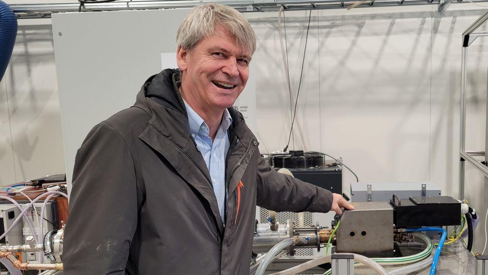 Rune Ingels er teknologisjef i N2 Applied. Her viser han fram lysbuen som fikserer nitrogen fra luft og som tilføres naturgjødselen og gjør den til et mye bedre produkt.