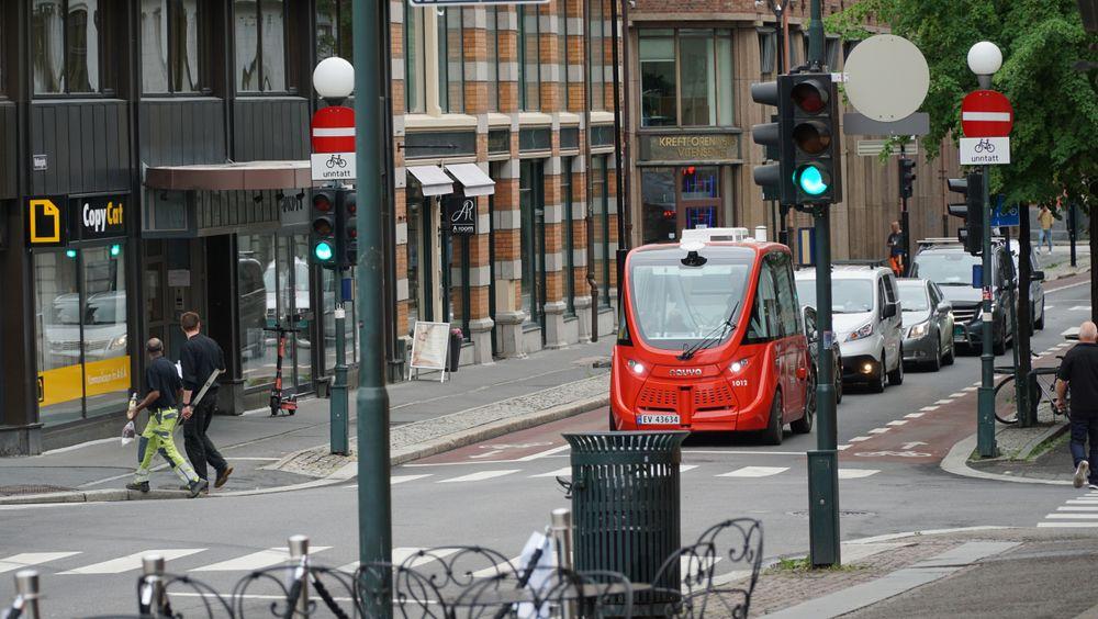 Siden bussen har en maks fartsgrense på 18 kilometer i timen blir det fort en kø av andre biler bak den.
