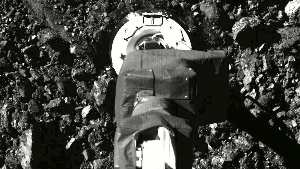 Romfartøyet fra Nasa er så stappfullt av prøver fra den fjerntliggende asteroiden Bennu at lukkemekanismen har kilt seg og verdifulle prøver spres i rommet.