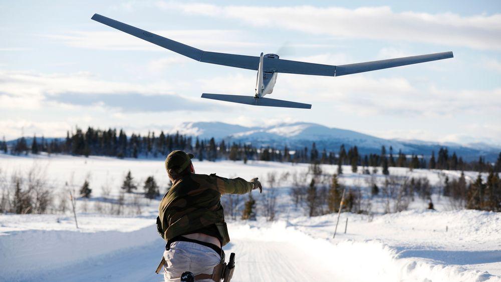 Soldat fra Telemark bataljon sender ut en Puma-drone under en vinterøvelse i Gausdal i februar 2020.