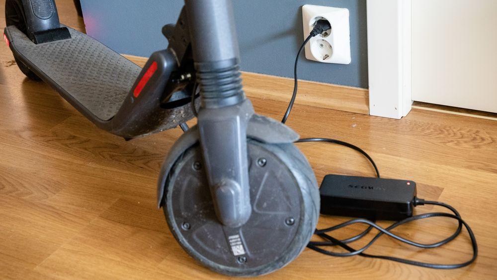 Når det blir kaldt, er det å anbefale å ta batteriet til elsykkelen med inn når det skal lades og når det ellers ikke er i bruk. Her står en elsparkesykkel av typen Ninebot ES2 til lading.