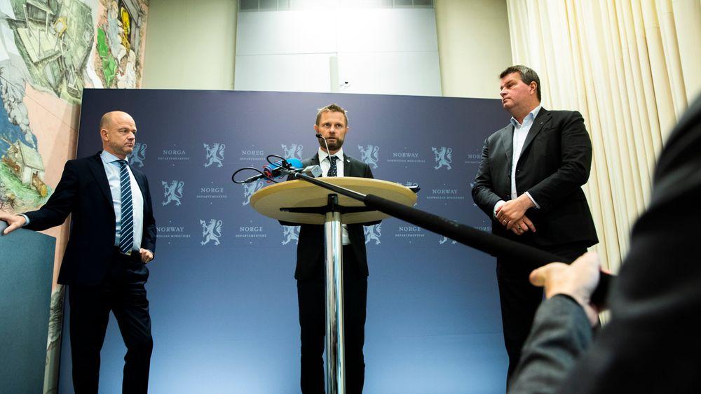 Helse- og omsorgsminister Bent Høie (midten), administrerende direktør Ole Erik Almlid i NHO (til venstre) og LO-leder Hans-Christian Gabrielsen (til høyre) holdt pressekonferanse etter et møte mandag formiddag.