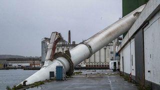 En over 100 meter høy skorstein i stål veltet i sjøen: Kun 15 år gammel