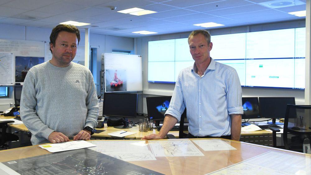 Fra venstre: Geir Haakonsen i OFFB og Rolf Håkon Holmboe i Neptune Energy gir deg smørbrødlista over hva som hjalp i håndteringen av koronasmitte på oljeriggen West Phoenix.