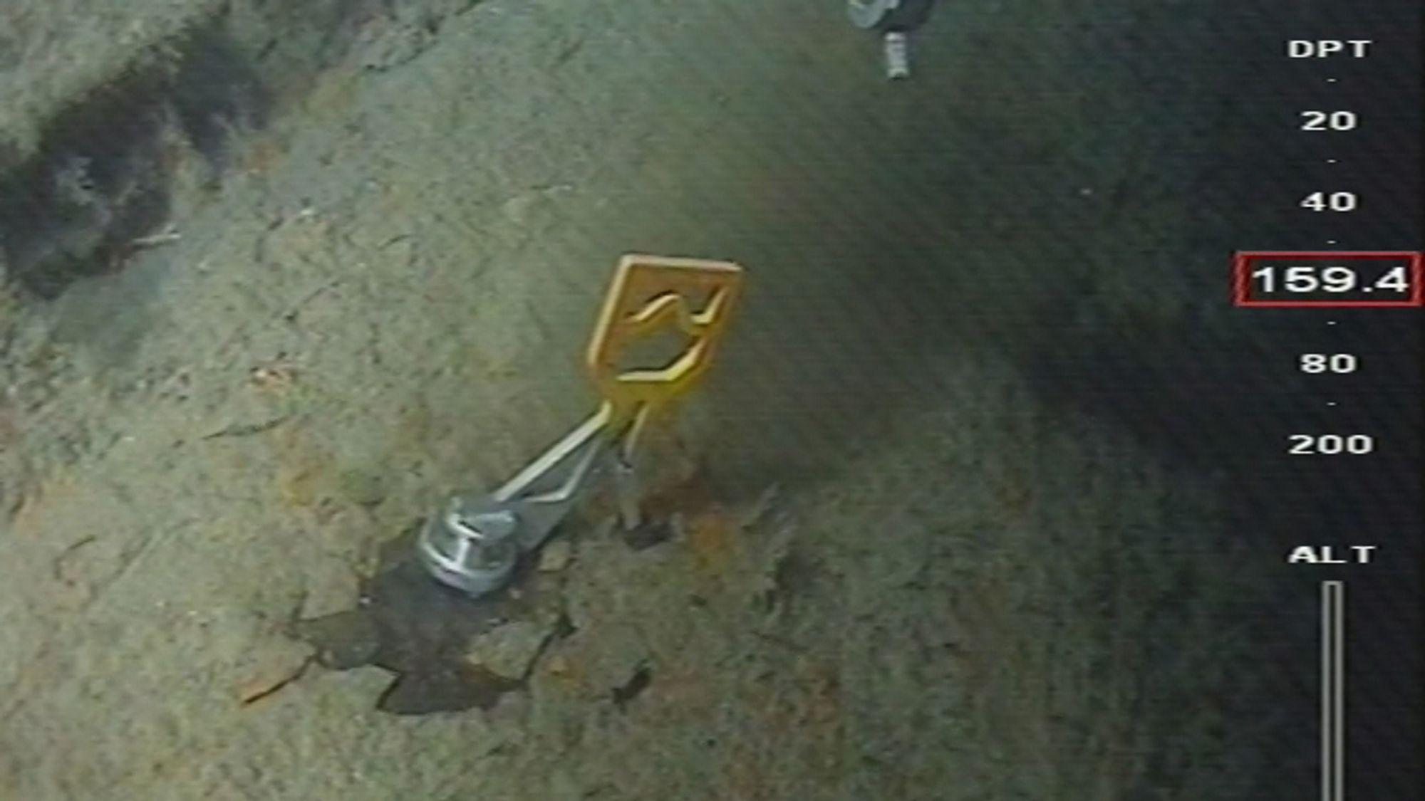 Bilder fra arbeidet med å installere støttefylling ved den torpederte tyske ubåten U-864 i 2016. Nå har Samferdselsdepartementet satt ned et nytt utvalg som skal vurdere hva som skal gjøres med vraket.