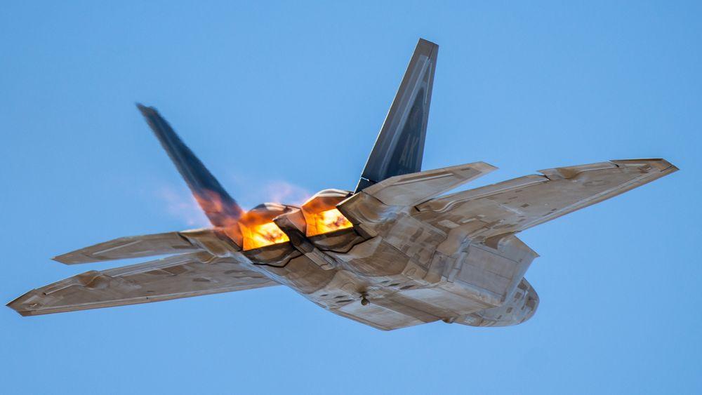 Etterbrennerne på de to F119-motorene lyser opp på et F-22A under et flyshow ved Tucson i Arizona i 2019.