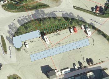 Slik ønsket Tesla opprinnelig å etablere ladestasjoner, en rekke ladeuttak rett til høyre for eksisterende ladestasjon etablert i enden av parkeringsplassen.