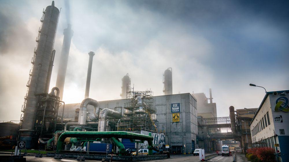 Flere aktører ønsker å lage drivstoff av fanget CO2 og store mengder energi her på Herøya i Porsgrunn. Bellona frykter syntetisk drivstoff blir en kostbar avsporing i klimakampen.