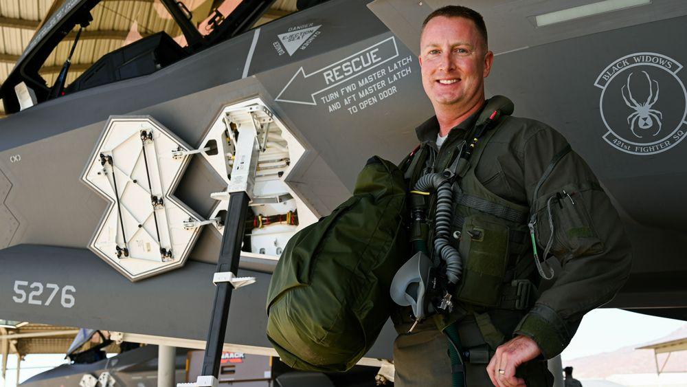 Oberstløytnant Jared Santos fra 388th Fighter Wing på Hill AFB ble den første til å passere tusen flytimer i F-35A.