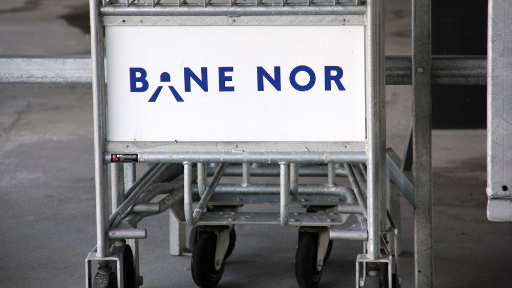 Hvem får direktørjobb i Bane Nor og får Go Ahead, SJ og VY-billetter som frynsegode? Bane Nor-bagasjetralle ved Trondheim stasjon.