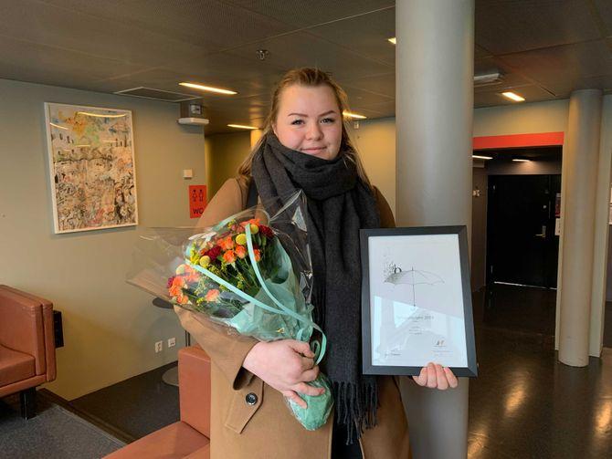Julie Sætre fra Avisa Nordhordland, med prisen for «Årets lokale sak».