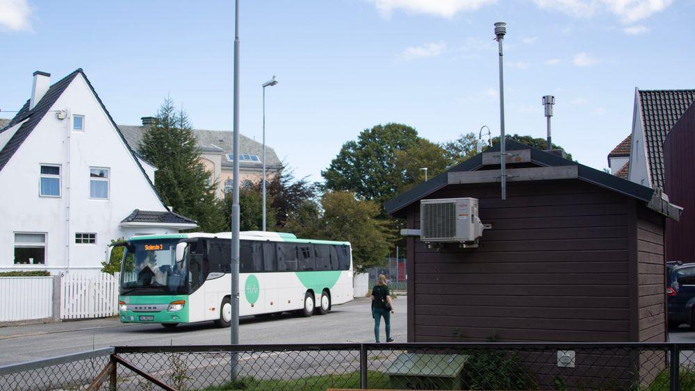 Sensordata fra sportsklokker skal kobles mot data fra faste installasjoner som denne luftkvalitetsmåleren på Våland utenfor Stavanger sentrum.