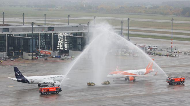 Ni år forsinket, 500.000 feil og ekstraregning på nær 60 milliarder kroner: Flyplassen som ikke ville lette