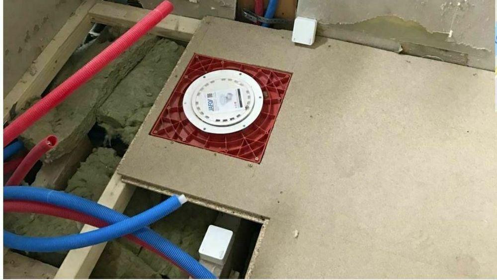 De små, trådløse sensorene klistres eller skrus opp på utsatte steder i huset eller på hytta.