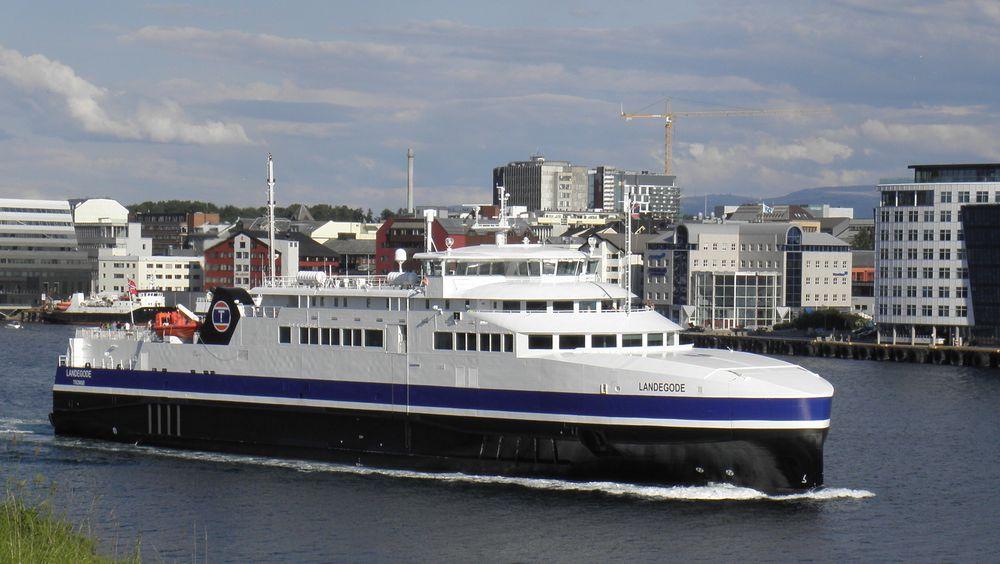 Torghatten Nord trafikkerer Bodø-Værøy-Røst-Moksnes med to LNG-ferger, MF Landegode (bildet) og søsterfergen MF Værøy. Fra 2024 vil de bli erstattet av hydrogenferger.