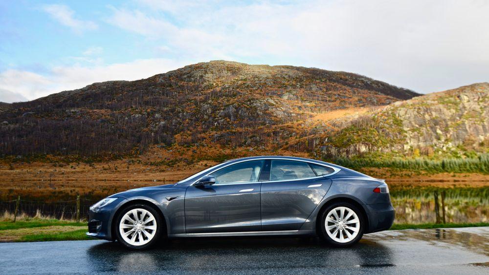Nyere Tesla Model S er blant bilene som kan få tilgang til den nye FSD-programvaren. Her står bilen i Gjesdal kommune.