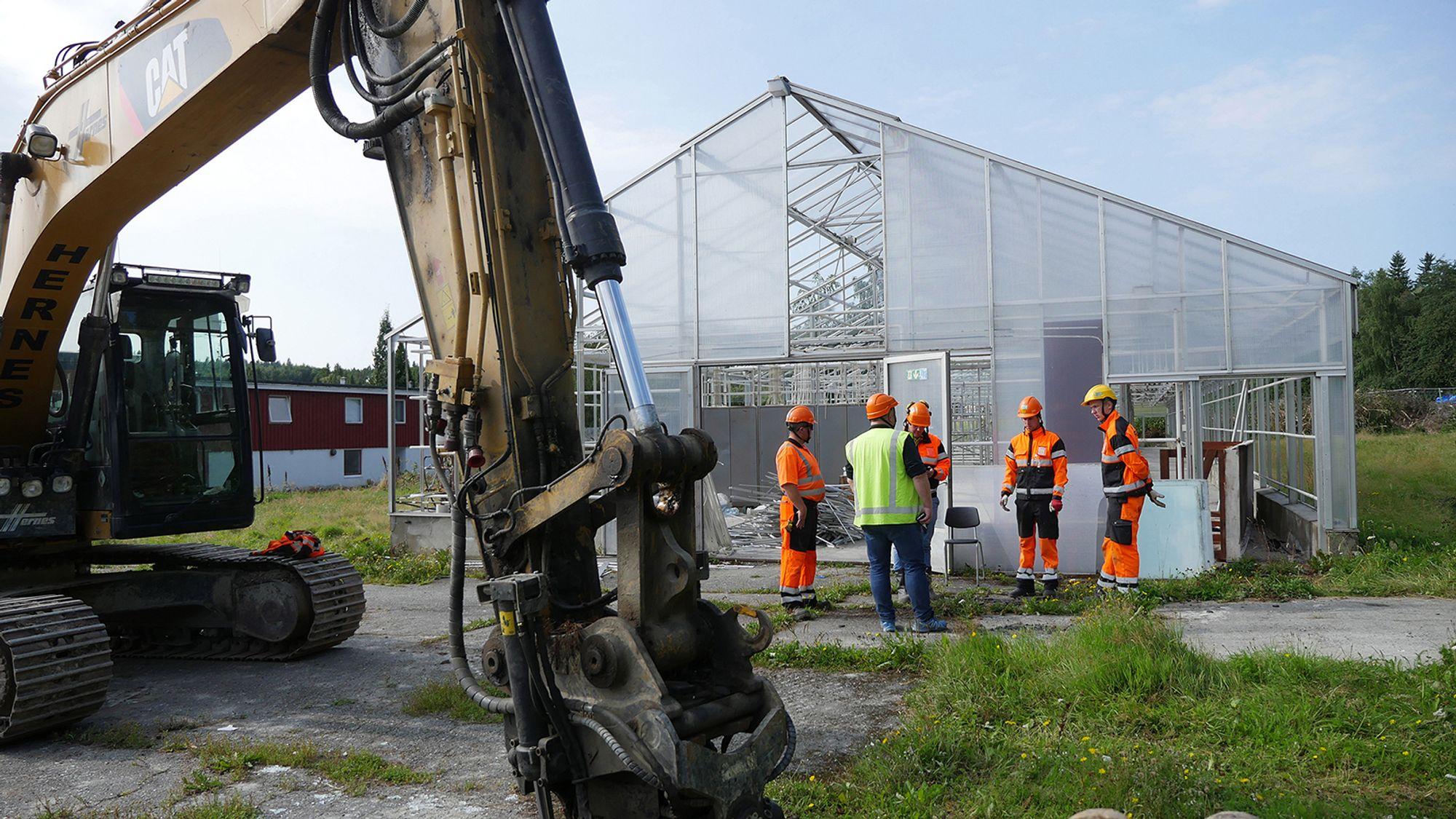 Hva gjør man med 20 tonn med glass når drivhusene skal rives? For entreprenøren Hernes AS var svaret fabrikken til Glava Isolasjon, bare noen få kilometer unna.