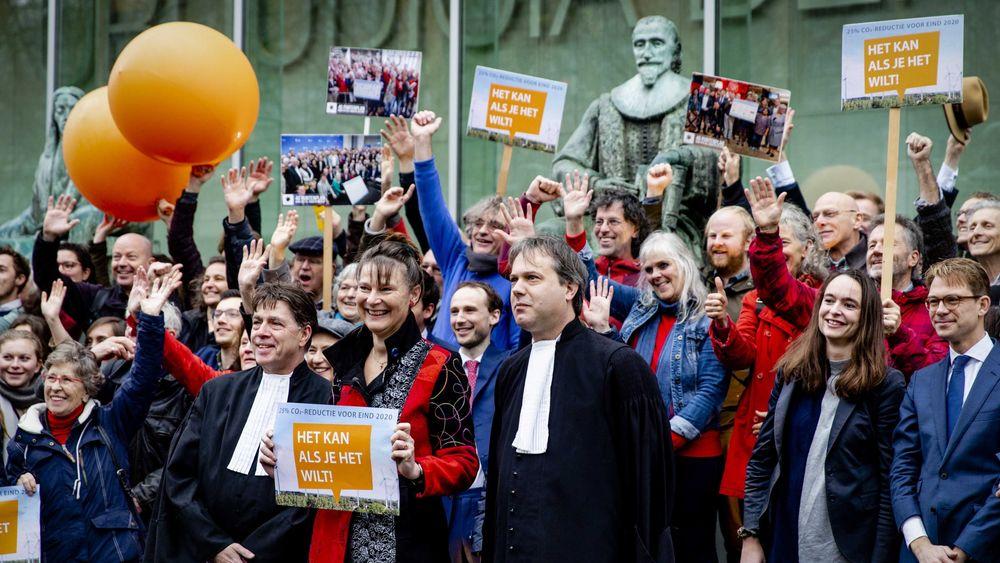 Marjan Minnesma, leder i Urgenda, sammen med flere av saksøkerne, etter at nederlandsk Høyesterett hadde avsagt dommen – og gitt organisasjonen rett i at Nederland måtte redusere sine utslipp med minst 25 prosent innen 2020.