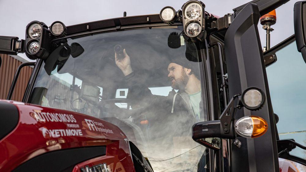 Her tester FFI selvkjøringsteknologien til Yeti på traktorer som skal kunne frakte utstyr til stridsområder.