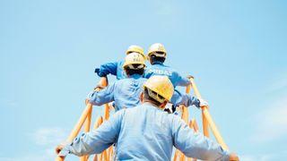 En gjeng ingeniører på vei opp en gul arbeidstrapp som går rett opp i ikke noe.