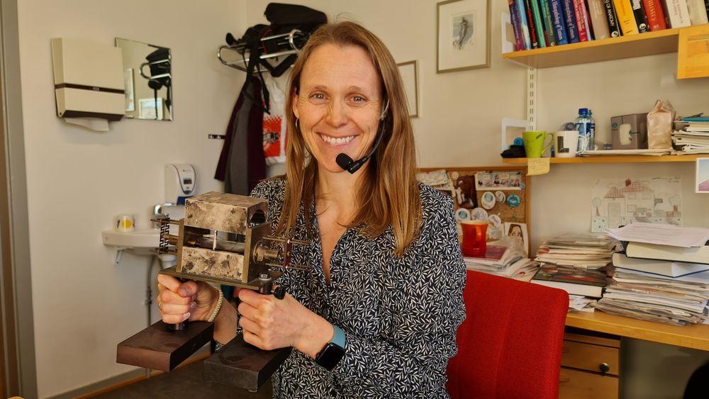 Med den veldig gamle laseren: Lise Lyngsnes Randeberg professor i biomedisinsk optikk og fotonikk ved institutt for elektroniske systemer ved NTNU.