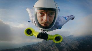 Ved hjelp av el-motorer kommer stuntmannen opp i en fart på 300 km/t