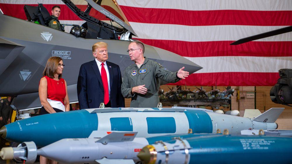 President Donald J. Trump briefes om ei bombelasten som kan bæres av en F-35A under et besøk på flybasen Luke i 2018. Her er det for øvrig også sju norske fly og det er her norsk personell får sin opplæring.