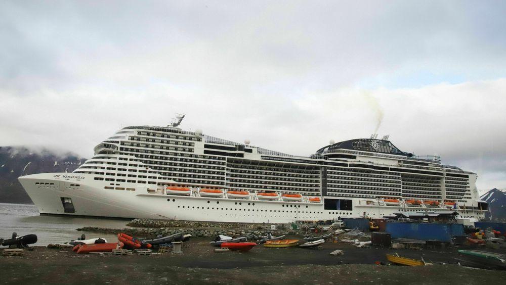MSC Meraviglia til havn i Longyearbyen sommeren 2018. Skipet har en kapasitet på over 6000 mennesker.