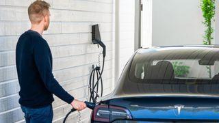 Easee er en av ladeutstyrsleverandørene som tilbyr trefaselading på IT- og TT-nett. Tesla Model 3 støtter offisielt slik lading.