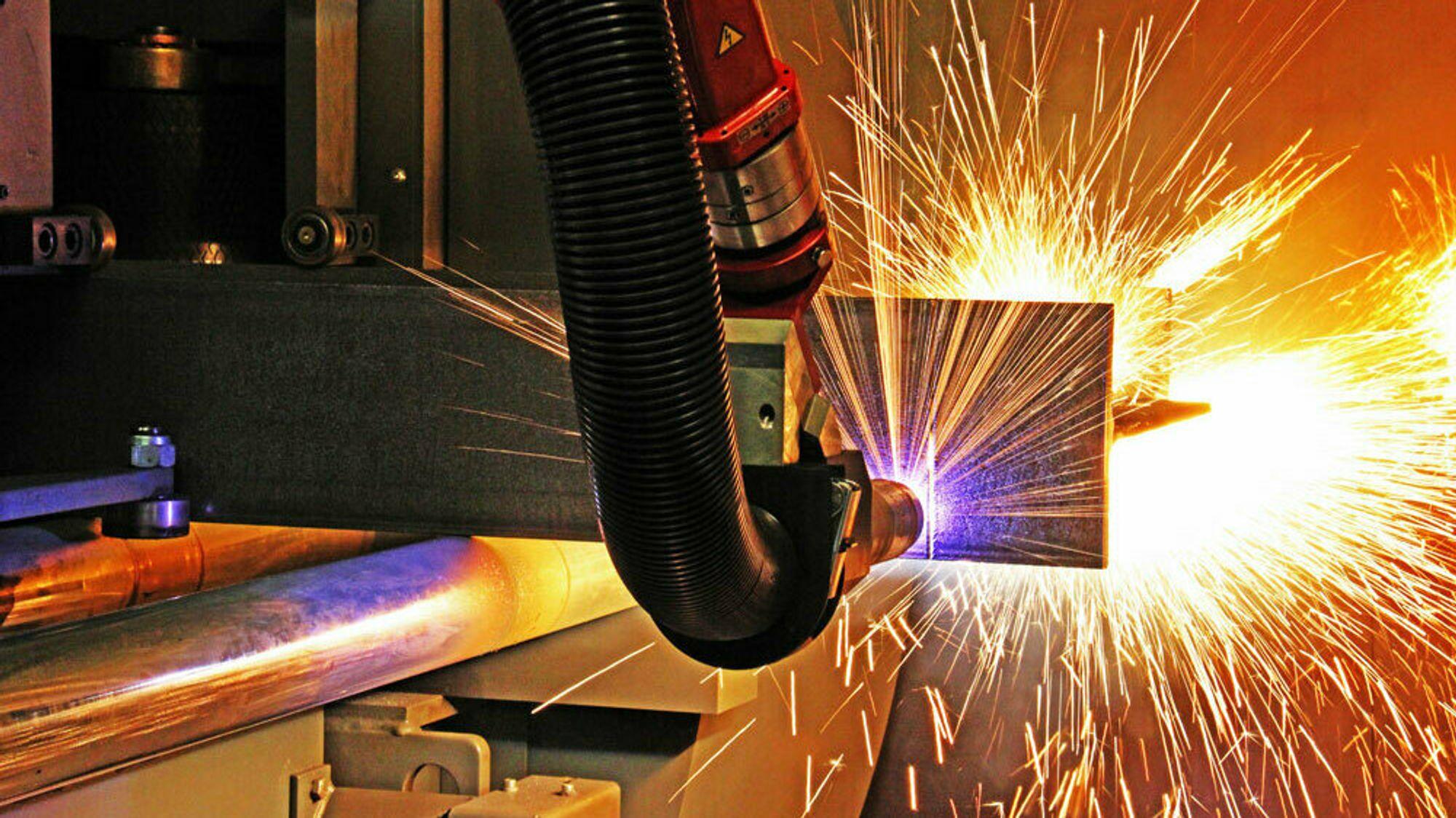 Boring, sveising, brenning av stål gjøres med robotarmer, som denne fra Voortman. Nå slipper stålverkstedene å programmere maskinene selv.