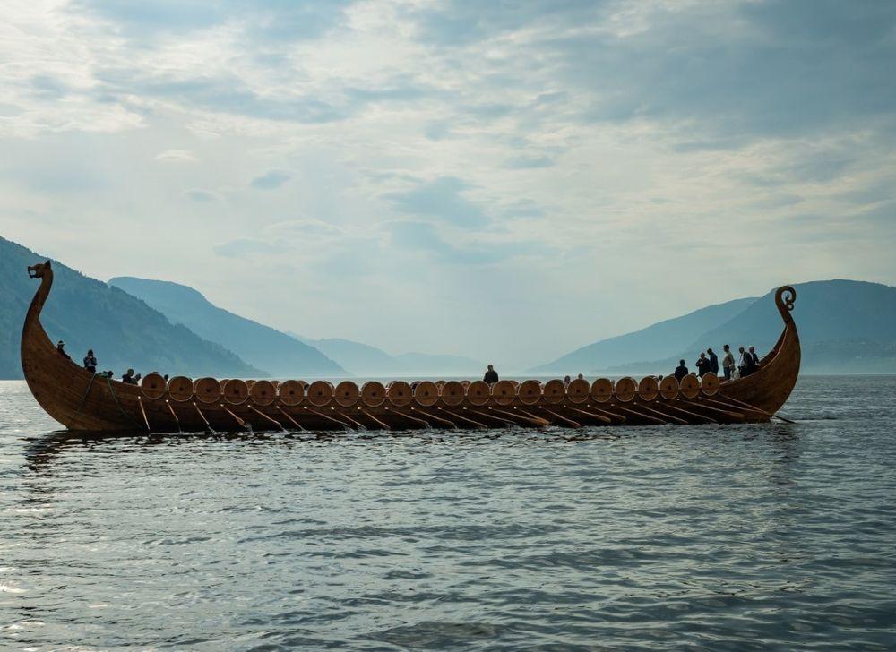 Myklebustskipet kan være det største vikingskipet det er funnet rester etter i Norge – kanskje minst 25 meter langt. En rekonstruksjon ble sjøsatt i 2019 ved Sagastadsenteret i Nordfjordeid.