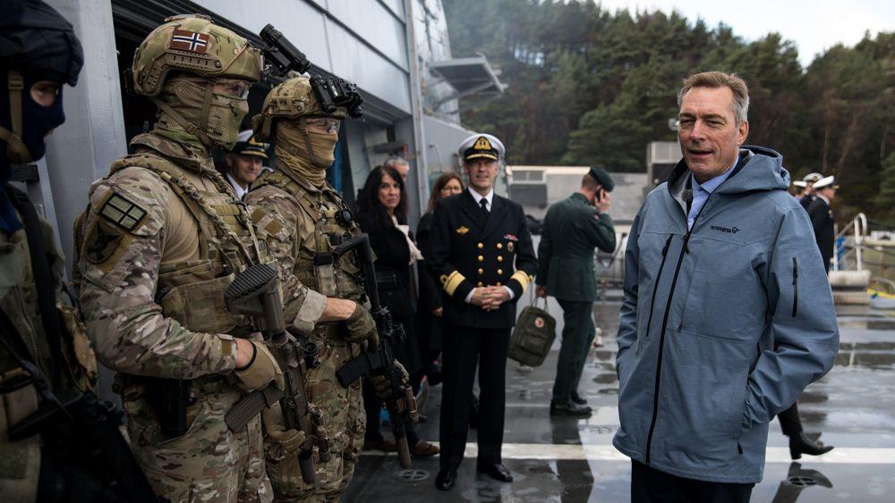 Forsvarsminister Frank Bakke-Jensen besøkte Sjøforsvaret for første gang i oktober 2017, om bord på fregatten KNM Roald Amundsen, et drøyt år før ulykken med søsterskipet KNM Helge Ingstad.
